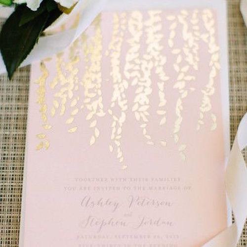 Invitaciones de boda con hojas en dorado