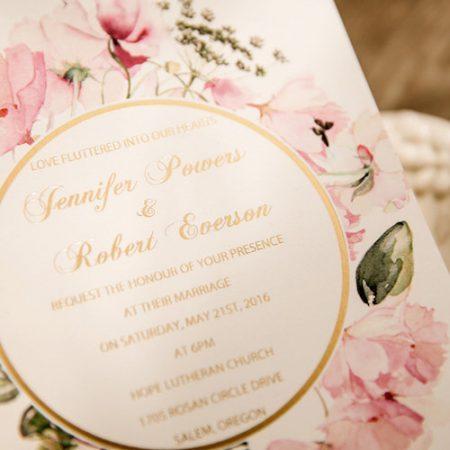 Románticas invitaciones florales en rosa pálido y toques en dorado.