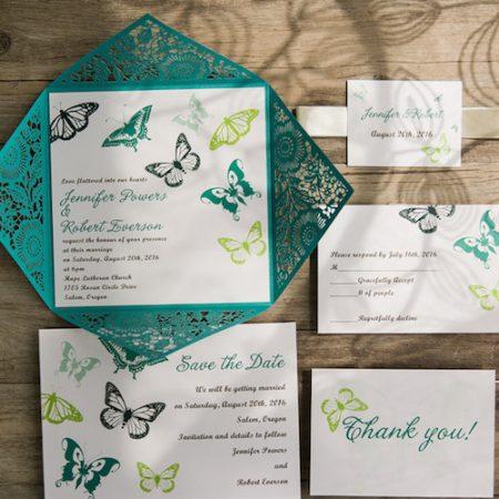 Invitaciones con mariposas en teal y un jardín en corte láser.