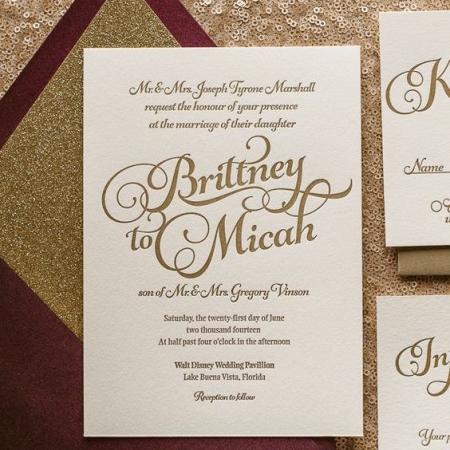 Agrega brillo y glamour a tus invitaciones de boda otoñal en color marsala. ¡Sigue el paso a paso!